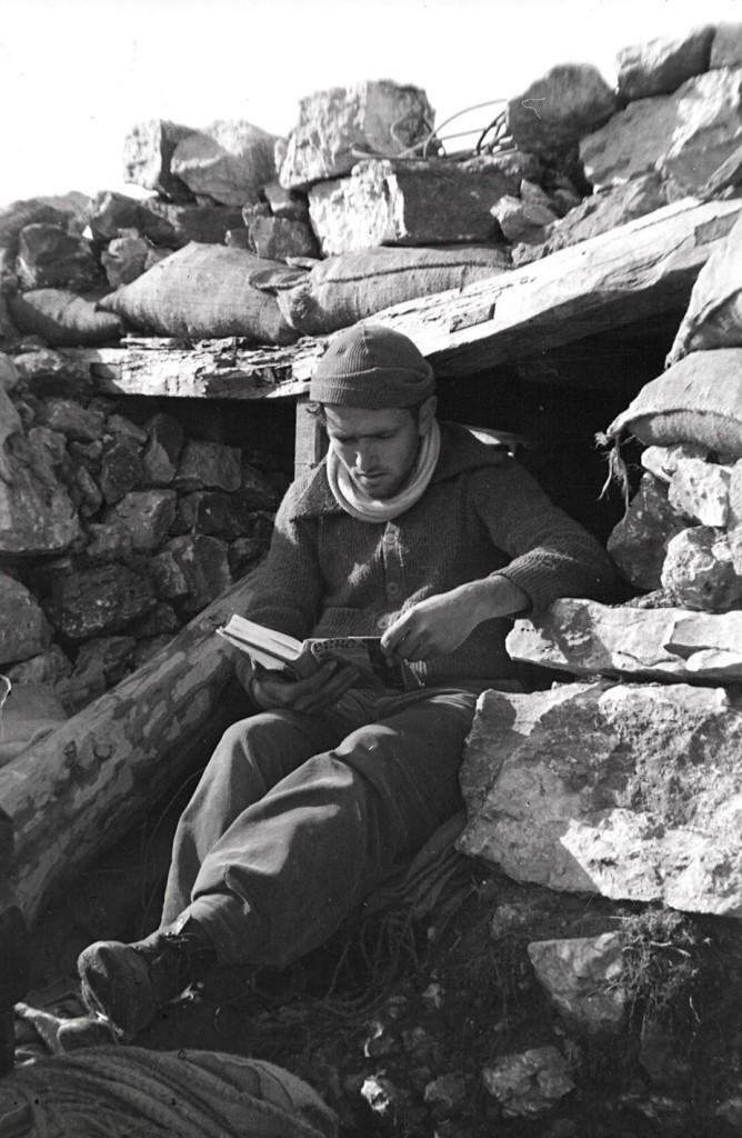 0976_soldat llegint