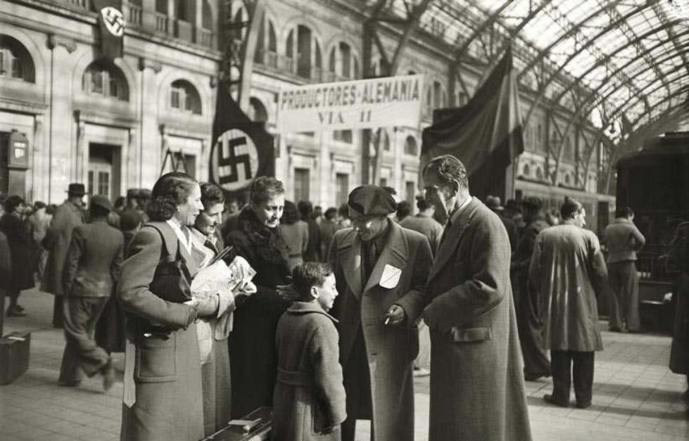 600 productors marxen a treballar a Alemanya contractatsper empreses del Reich. Estació de França, novembre de 1941. Brangulí / ANC