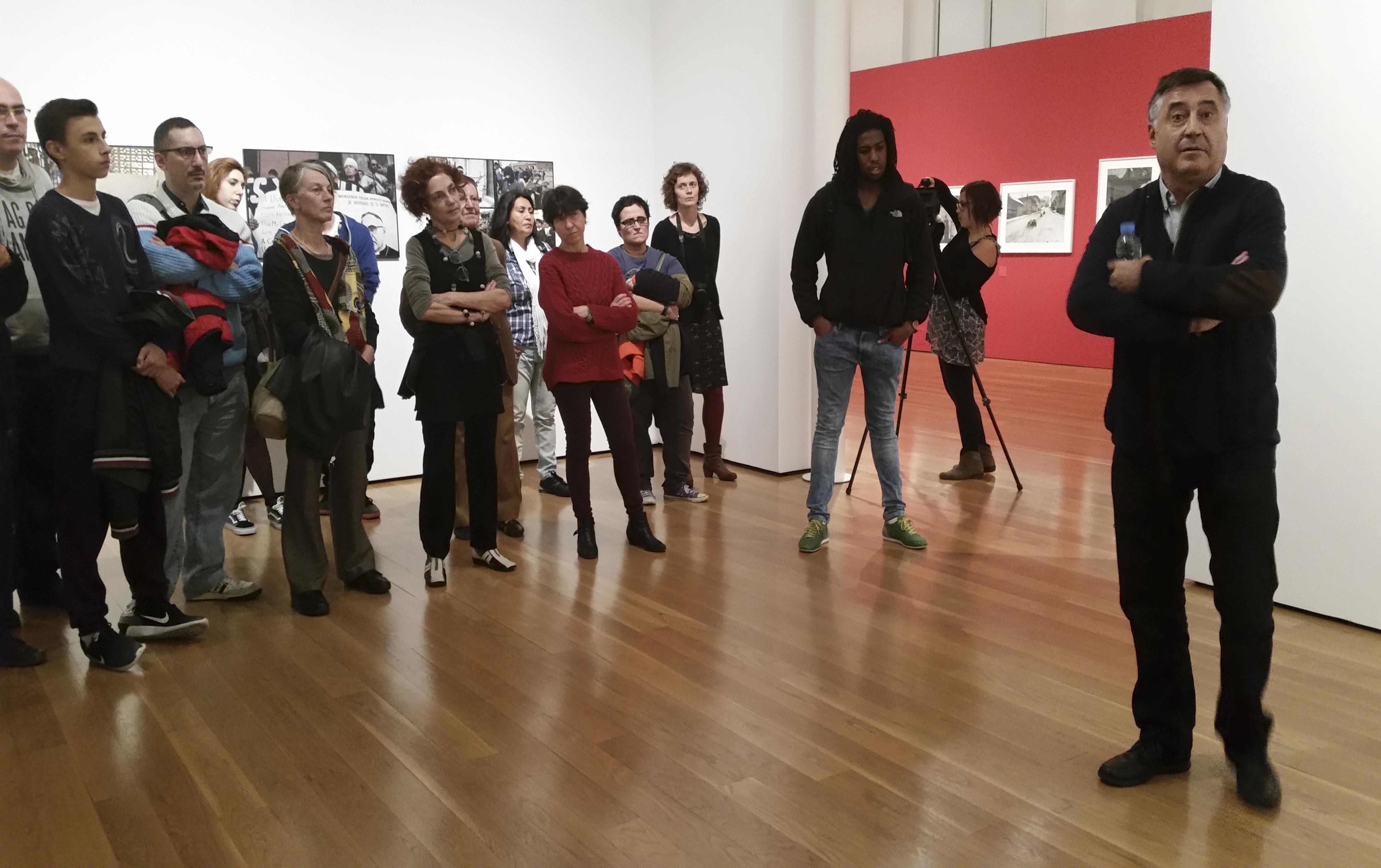 """Visita guiada exposició """"Antologia"""" a càrrec de Gervasio Sánchez. 10/12/15 Centre d'Art Tecla Sala"""