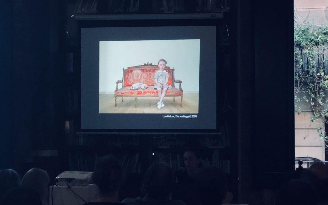 """""""El lugar de lo siniestro en la fotografía contemporánea. Realidad y ficción, identidad y muerte"""" a càrrec de Ana Isabel Cajiao Nieto. 02/07/2018"""