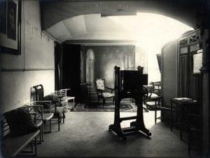 Plató de l'estudi fotogràfic dels Unal, a la plaça del Vi de Girona. ca 1920. Diputació de Girona. INSPAI
