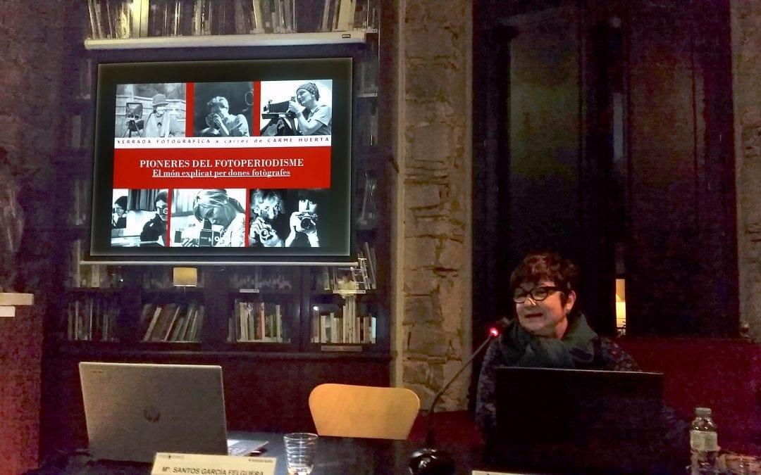 Dia Internacional de les Dones. Homenatge a Joana Bonet Busom, a càrrec de María de los Santos García Felguera.  Pioneres del fotoperiodisme. El món explicat per dones fotògrafes, a càrrec de Carme Huerta. 07/03/2019