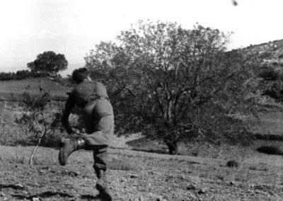 El comandant Valverde ensenya als quintos com llançar una granada de mà.